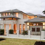 Casa moderna con techo a diferentes alturas