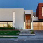 Casa moderna de 2 pisos con jardín frontal