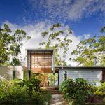 Fachada de casa con jardin frontal