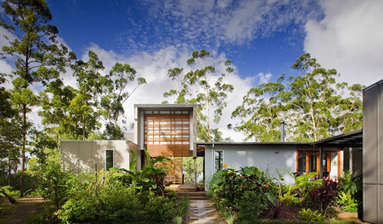 Fachada de casa con jardin frontal for Casas de jardin