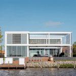 Fachada de casa con vista al río