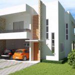 Fachada de casa de 2 pisos con ventanas verticales