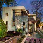 Fachadas de casas con lingotes de piedra