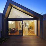 Fachada de casa angosta y moderna