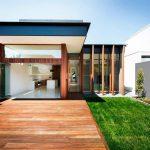 Fachada de casa con deck frontal