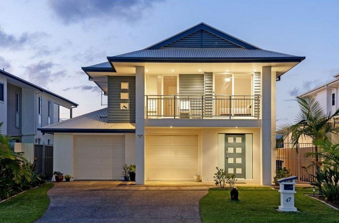 fachada de casa con dos garajes