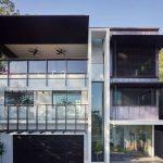 Fachada de casa de tres pisos y cochera doble