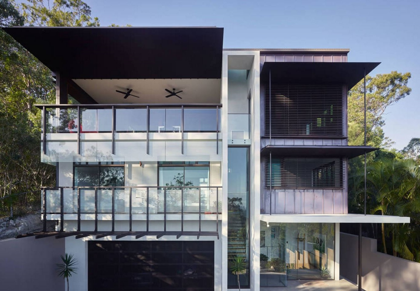 Fachada de casa de tres pisos y cochera doble for Pisos para cochera