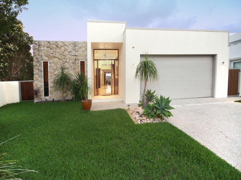 20 fachadas de casas de una planta for Piedras para fachadas minimalistas