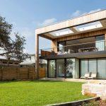 Fachada posterior de casa con jardín y escalera