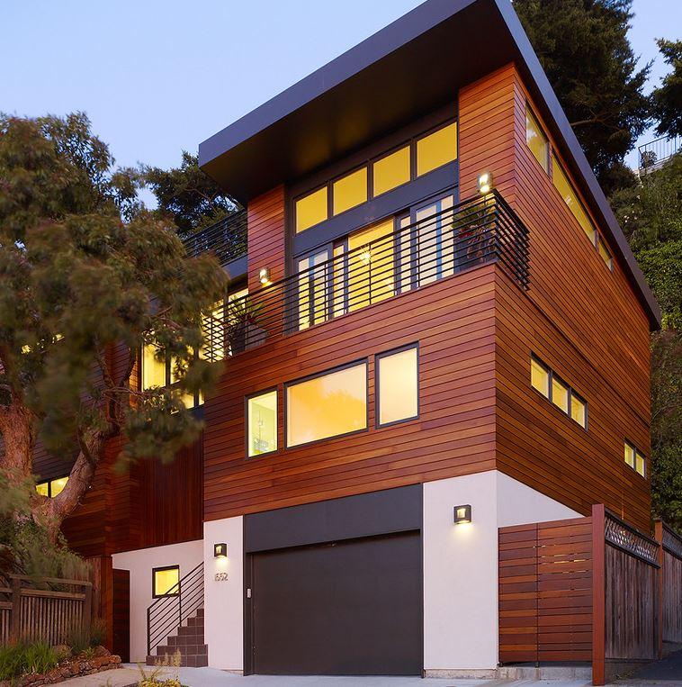 Fachadas de casas con paneles de madera for Fachadas modernas para casas de tres pisos