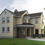 Casa clásica con revestimiento parcial de piedra