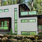 Fachada de casa con vidrios verdes