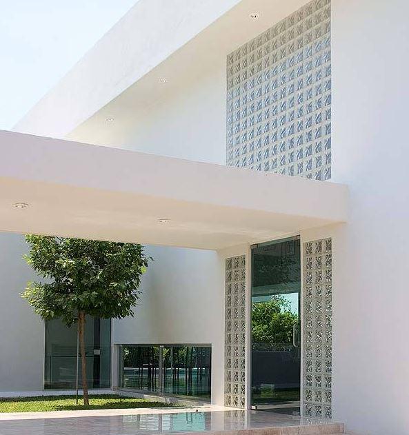 Fachadas con ladrillos de vidrio for Casas modernas ladrillo