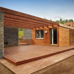 Casa moderna de madera y piedra