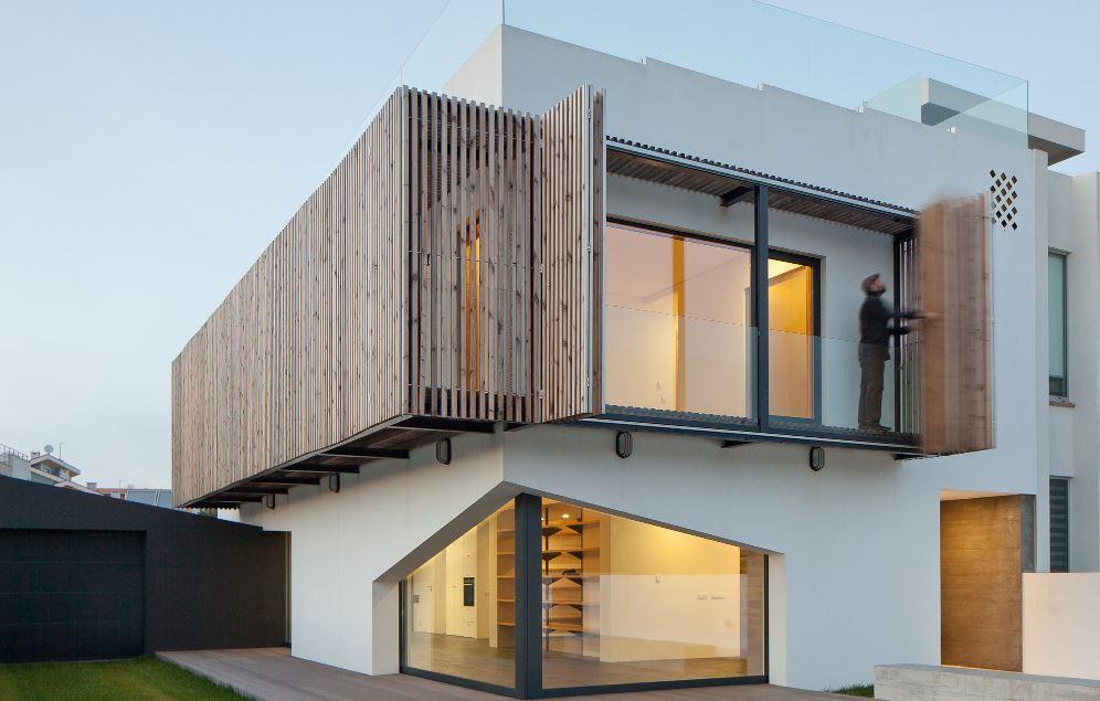 Fachada de casa minimalista con parasoles for Casa minimalista de un piso