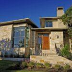 Fachada de casa revestida en piedra beige