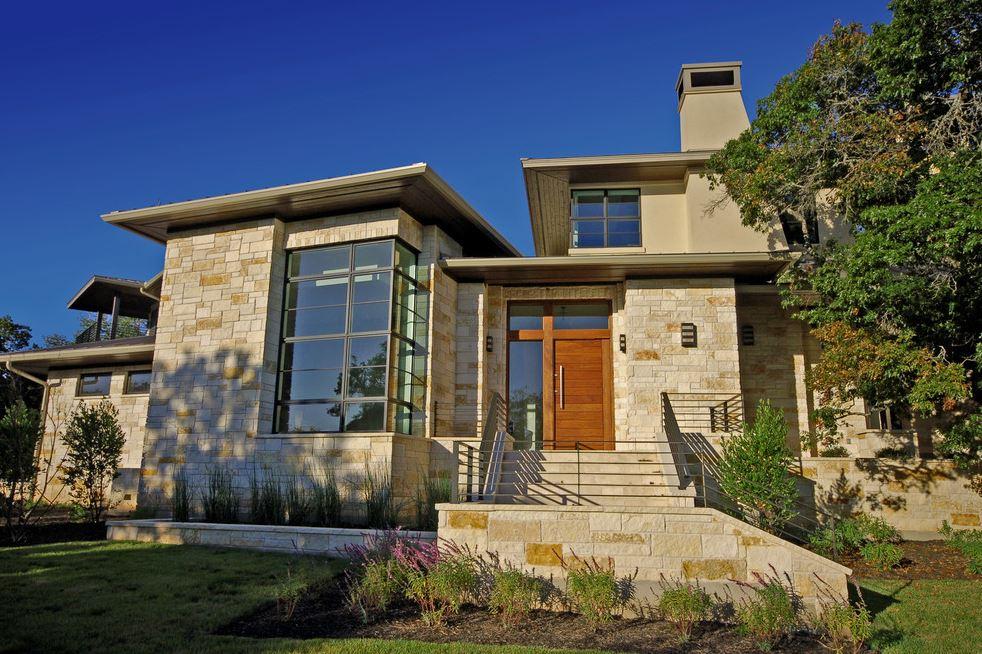 Fachada de casa revestida en piedra beige for Fachada de casas
