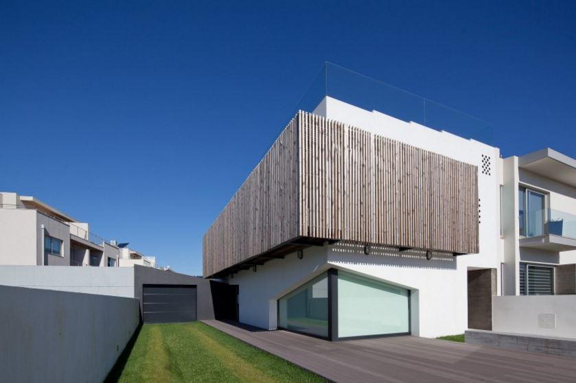 Fachada de casa minimalista con parasoles for Fachada casa minimalista una planta