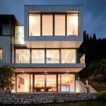 Casa con ventanales grandes de vidrio