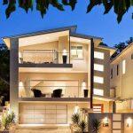 Casa de 3 pisos con fachada iluminada