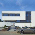 Casa moderna con escalera y ventanas