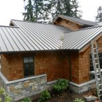 Fachada de casa con techo de chapa