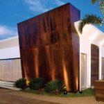 Fachada de casa moderna para terreno en esquina