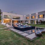 Fachada de casa moderna con piscina