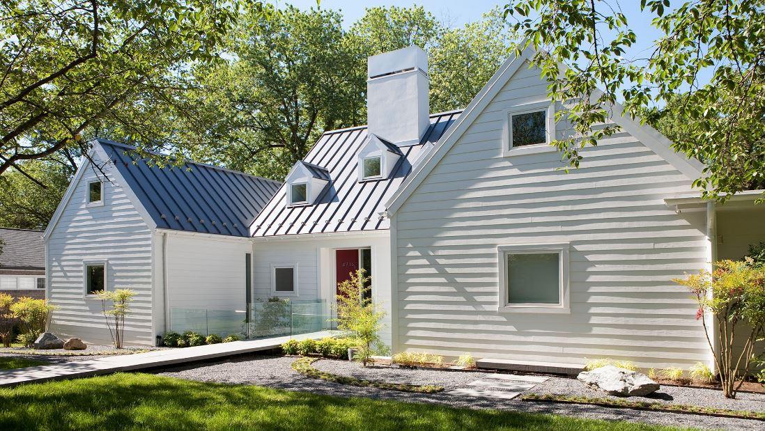 Fachadas de casas con techo de chapa negra for Casas modernas oscuras