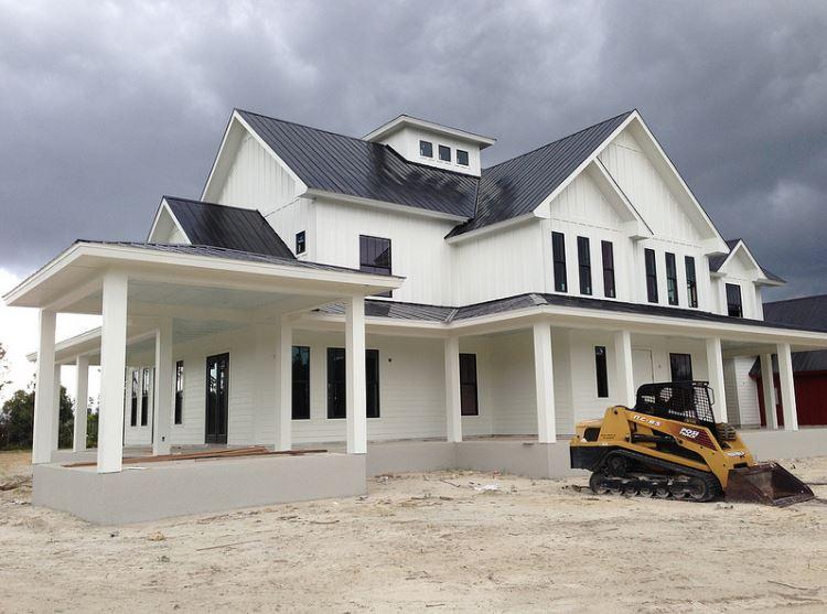 Fachadas de casas con techo de chapa negra - Materiales para fachadas de casas ...