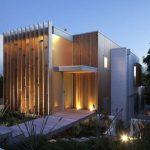 Fachada de casa moderna en desnivel y de madera