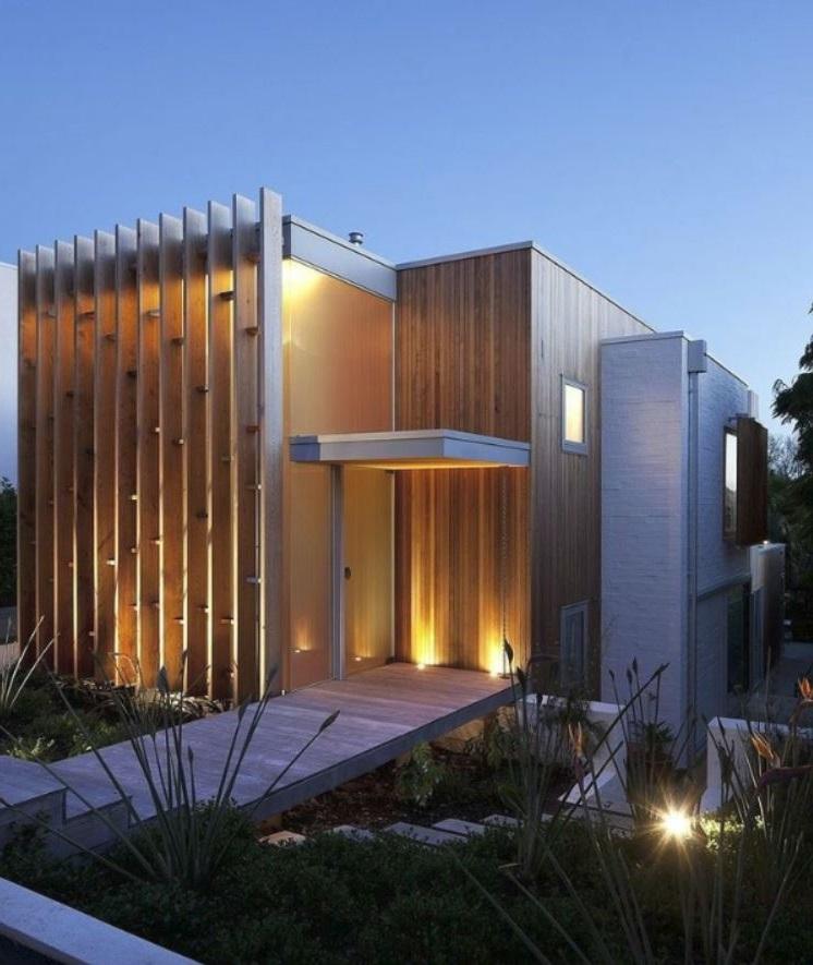 Fachada de casa moderna en desnivel y de madera for Casas de madera modernas