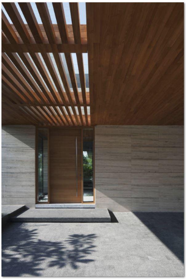 Fachadas con aberturas de madera for Puertas de frente de madera modernas