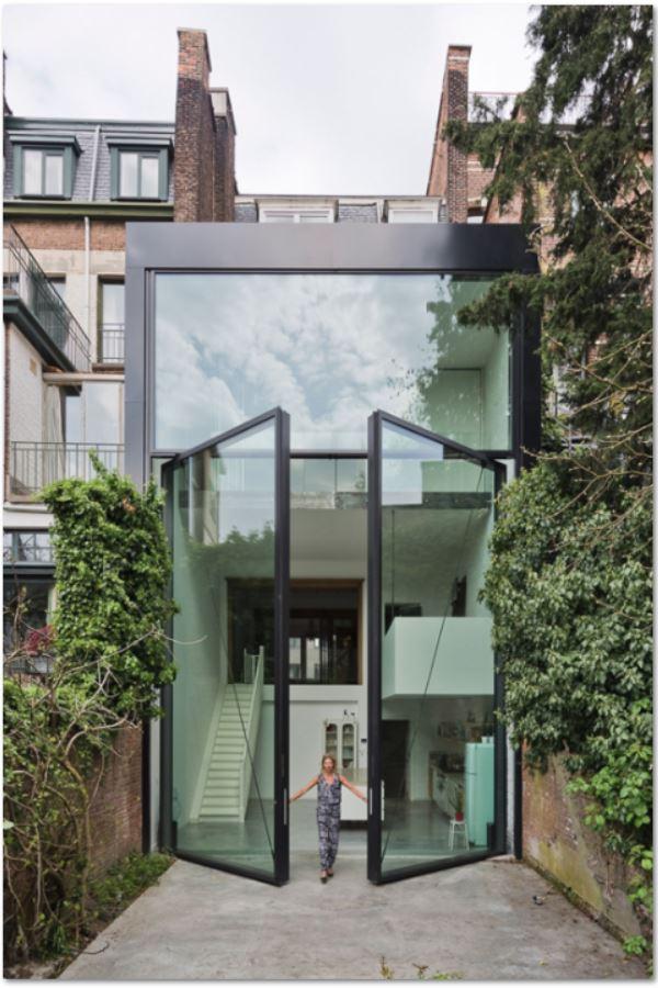 Fachadas con aberturas de madera for Casas con puertas de madera