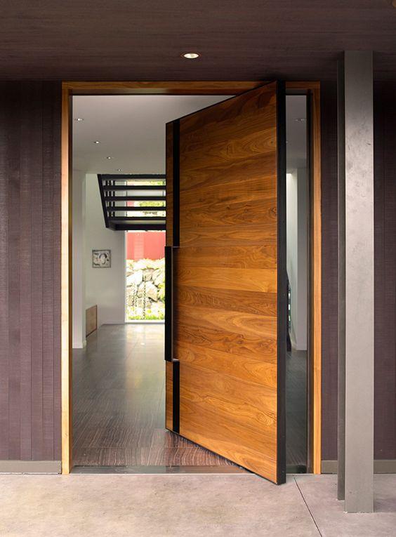 Puertas principales modernas de madera for Puertas de madera para entrada principal de casa