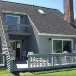 Fachada de casa alpina con balcón lateral