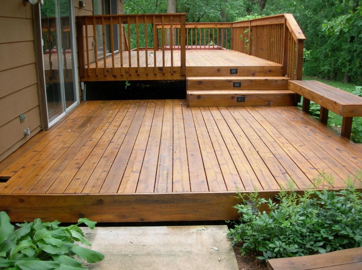 Jardin con deck for Patio con piso de madera