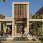 Casa de 2 plantas con materiales simples y buena iluminación