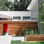 Fachadas de casas con puertas rojas