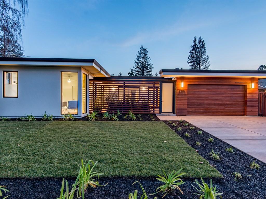 Fachadas de casas modernas con revoque y madera for Viviendas modernas