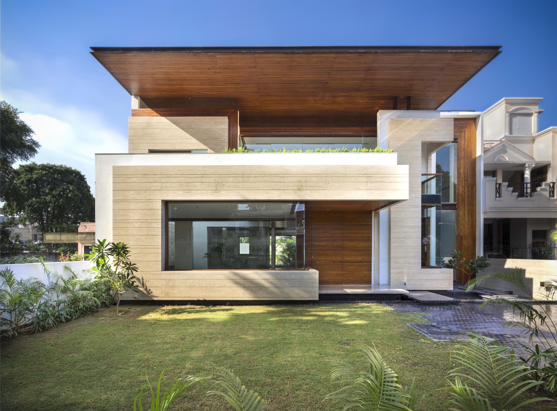 Fachadas de casas modernas con revoque y madera for Fachadas para residencias