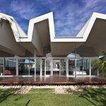 Fachada de casa con techo serrucho