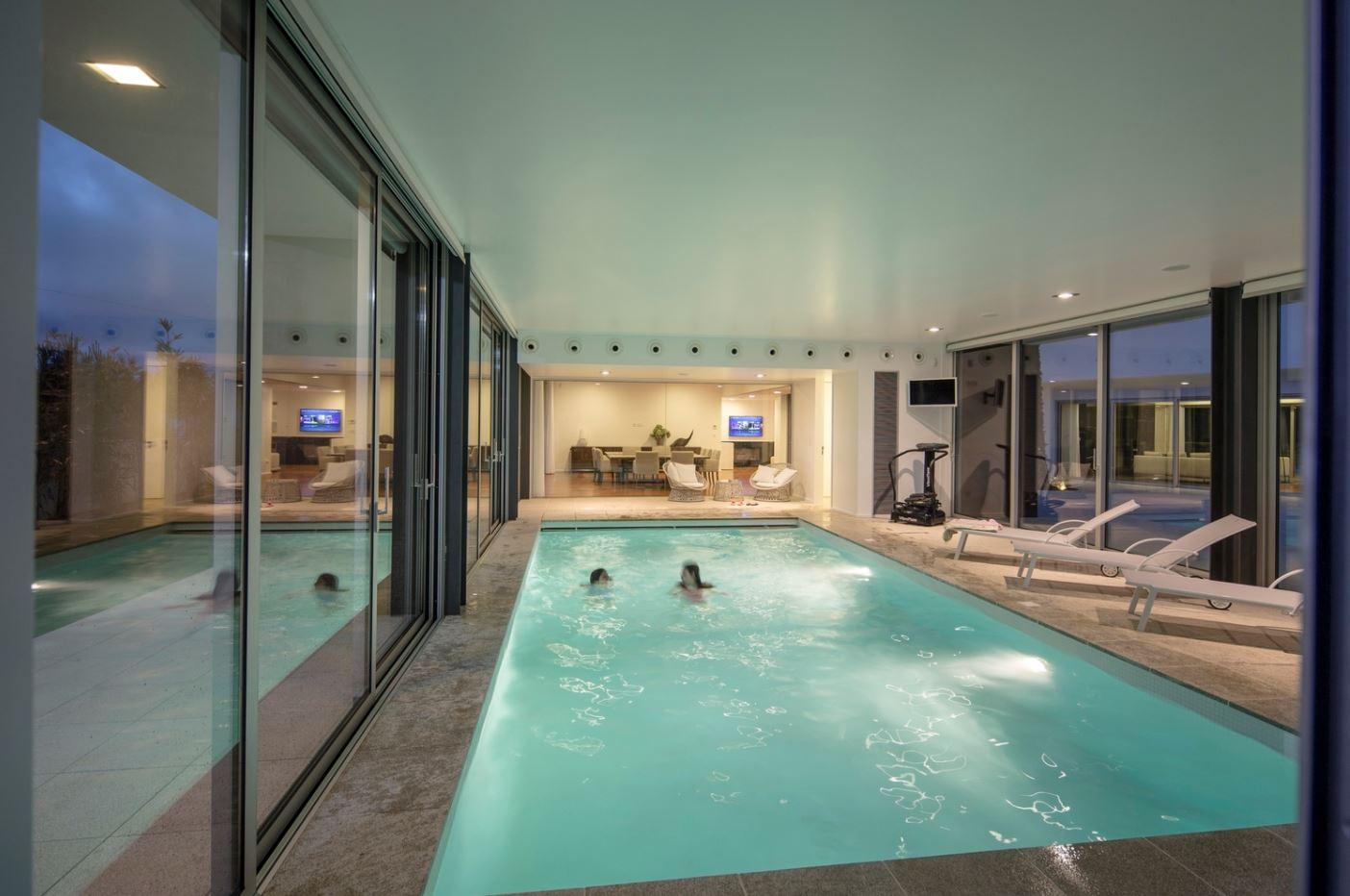 Fachadas vidriadas - Casas con piscina interior ...