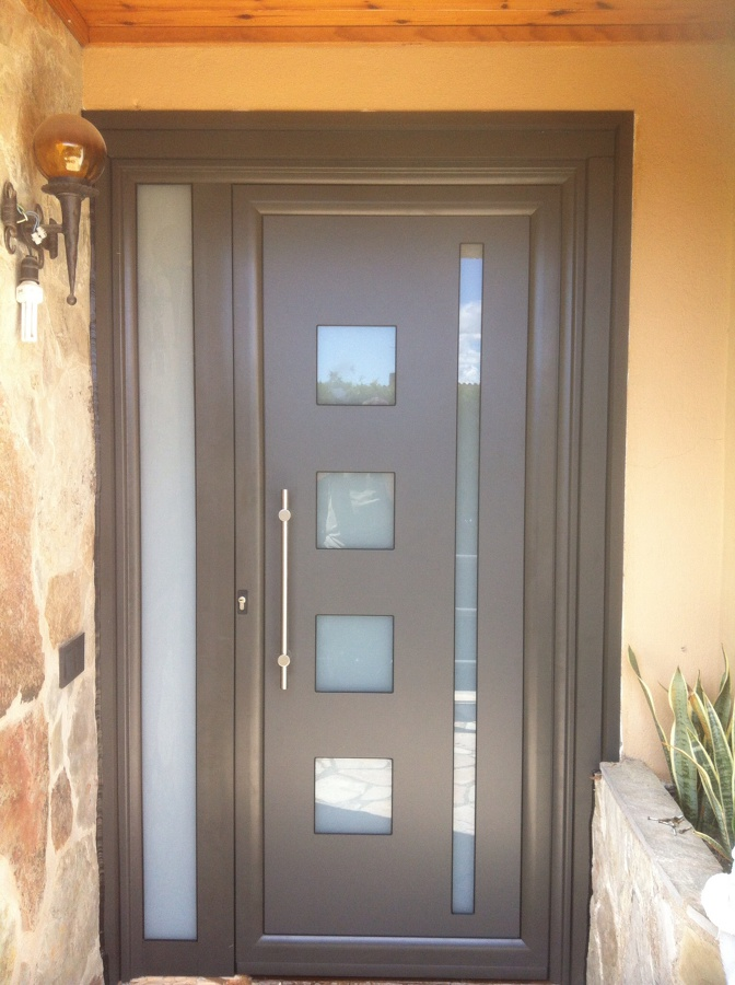 Puertas de aluminio para fachadas for Puertas metalicas modernas para exterior