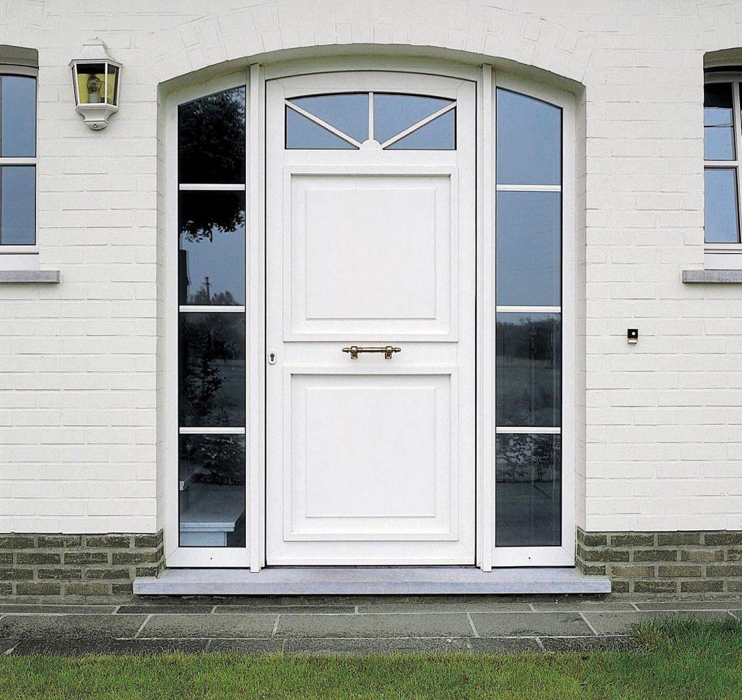 pintu warna putih satu daun pintu