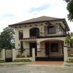 Modelo de casa con balcón con rejas curvadas