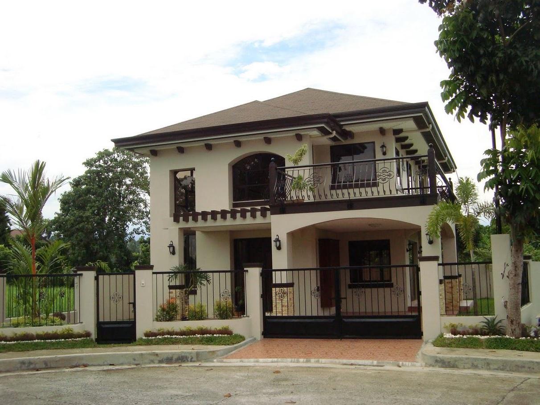 Modelo de casa con balc n con rejas curvadas for Fotos de casas modernas con balcon