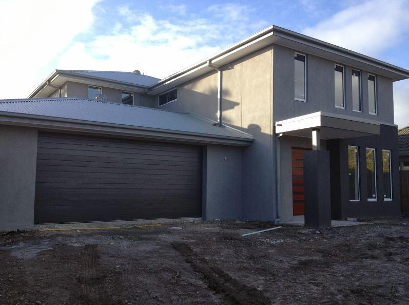 5 fachadas de casas modernas en gris y negro for Colores modernos para fachadas