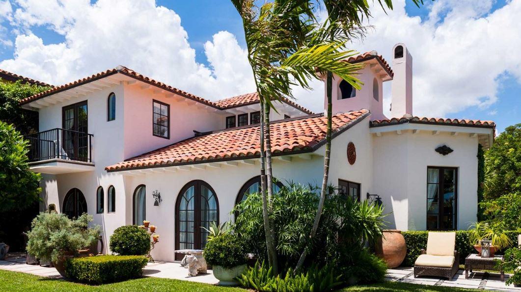 Fachadas con tejas coloniales for Modelos de casas fachadas fotos